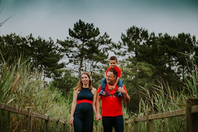 Famille se balade autour de lagoa Pataias