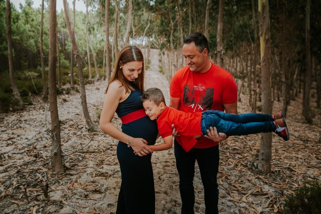 moment famille dans forets de pin seance photo grossesse