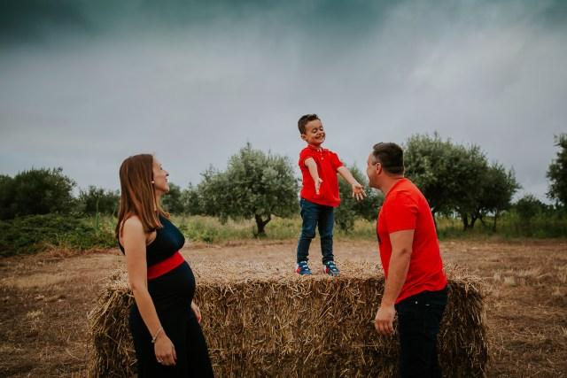 seance photo famille champs botte paille