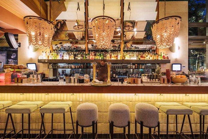 Chaka Khan : Chaka, le bar au rez-de-chaussée