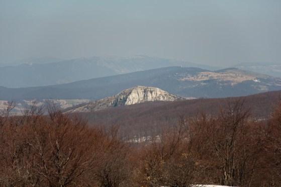 Lisac u prvom planu, Crni vrh, Veliki Krš i Deli Jovan iza