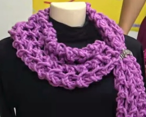 Purple knit scarf that was made of quick and practical manners