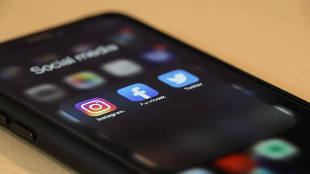 Declutter social media