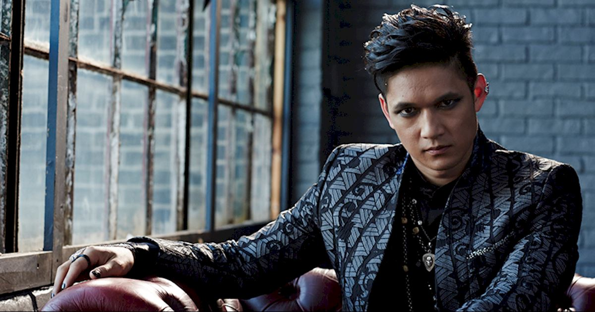 VIDEO Getting Up Close And Personal Magnus Bane