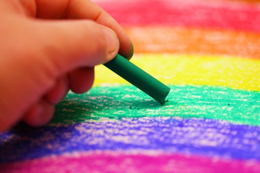Mano, niño, dibujo, dibujar, escuela, didactico, fondo, background, colores, color, verde, rojo, colorido, crayon, crayones, educacion,
