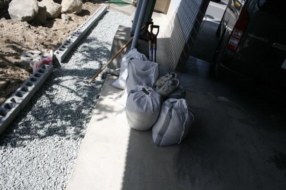 ガレージの拡張と壁作成に向けて、土間?を拡張!バラスと砂にセメント用意!