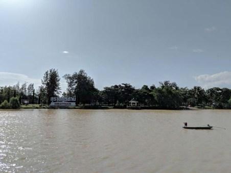 Long boat fisherman on the Tapi River
