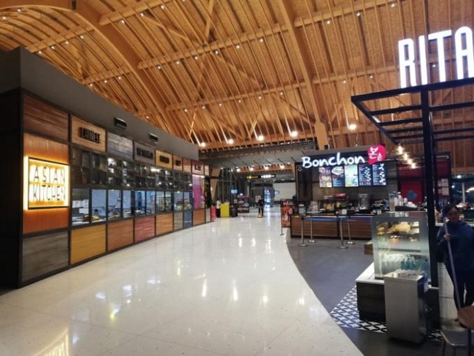 マクタン空港新ターミナル:免税エリア通路