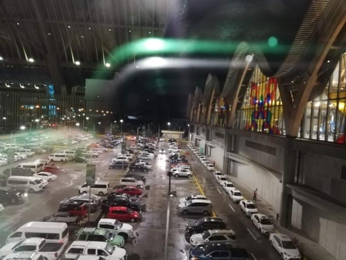 マクタン空港新ターミナル:駐車場広い