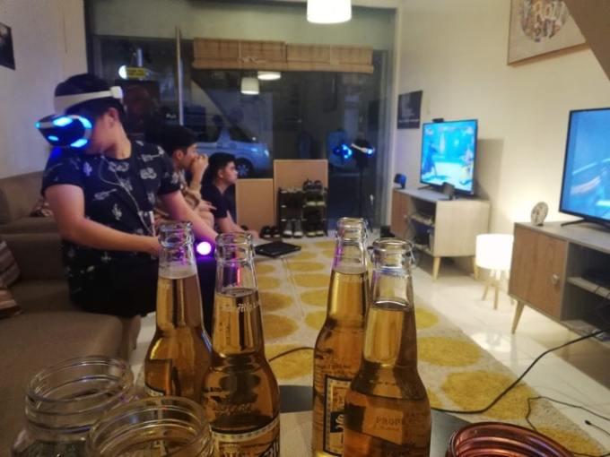 VRカフェ全景とお酒