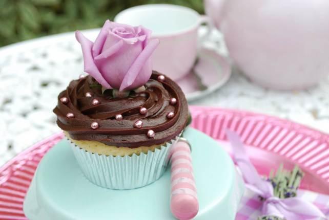 Vaníliás cupcake, csokis krémmel és ehető, édes virággal