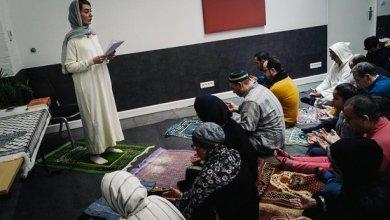 Photo of سري للغاية.. امرأة تؤم مصلين في مسجد مختلط