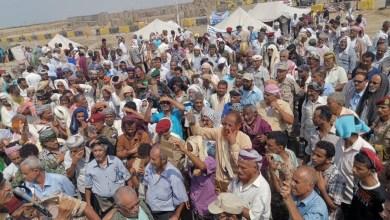 Photo of عدن.. توسع مخيم العسكريين الجنوبيين أمام مقر التحالف بالعاصمة عدن وانضمام العديد من النقابات والإعلان عن تدشين الخطوات التصعيدية