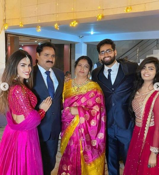 Sakshi Dwivedi with her family