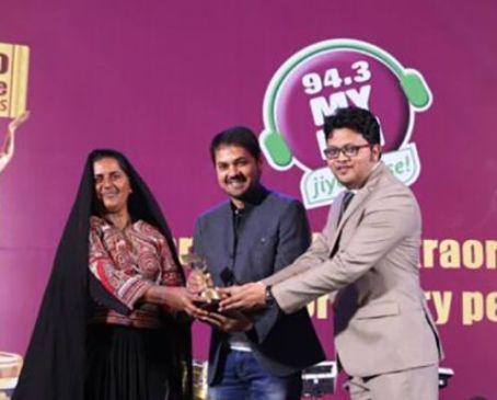 Pabiben Rabari receiving My FM Jiyo Dil Se Award