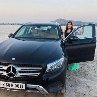 Savi Kumar with her car