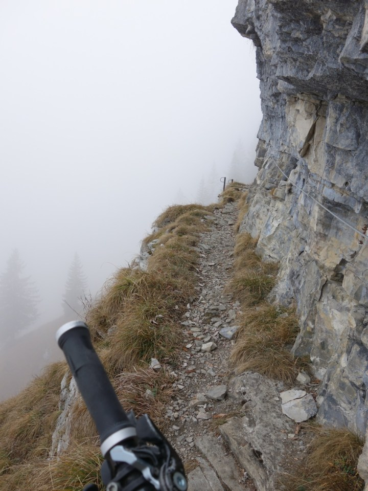 vorbei an Felswänden...