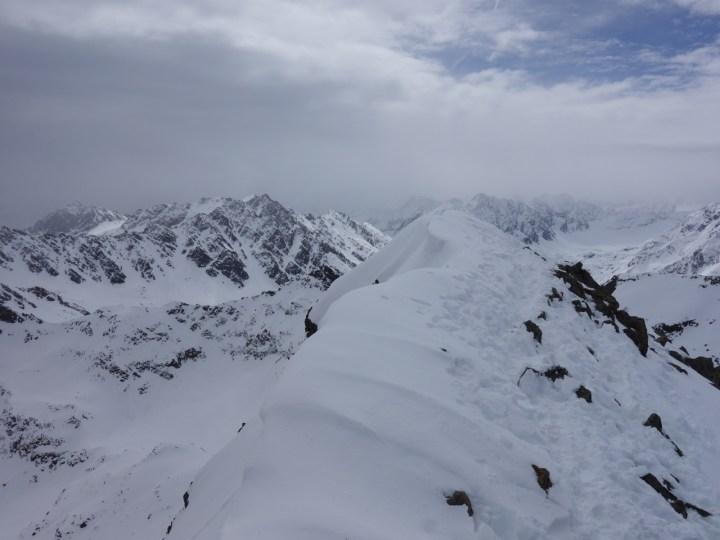 Der Gipfelgrat ist leicht überwächtet,