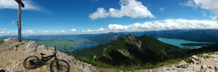 Ein tolles Panorama auf Herzogstand, Kochel- und Walchensee eröffnet sich am Gipfel des Heimgarten.