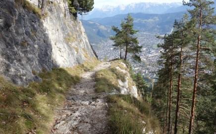 und über spektakulär in den Fels gehauene Traversen