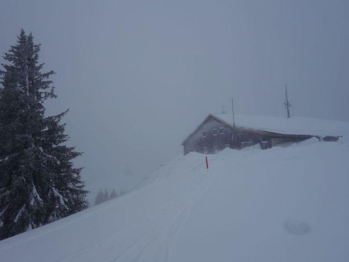 Gleich hinter der Bergstation traversiert man über den Bergrücken...
