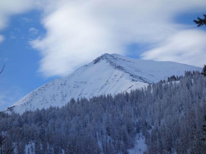 Seekarspitze, die perfekte Pyramide. Der Aufstieg erfolgt über den NO-Rücken links. Hier zu sehen, das N-Face ca. 45 ° steil  bei der Einfahrt.
