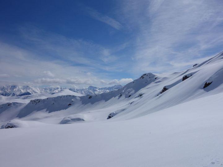 Schöne Aussichten gibt's dann im freien Gelände des Piz Titschal. Die Hänge entlang der Aufstiegsspur sind schön kupiert.