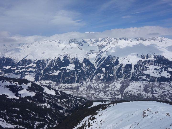 Vom Gipfel des Piz Titschal sieht man gut über das Rheintal zum Tödi gegenüber.