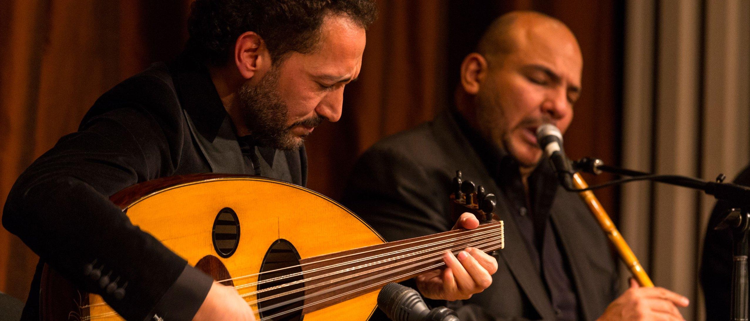 Naser Shamma playing a lute