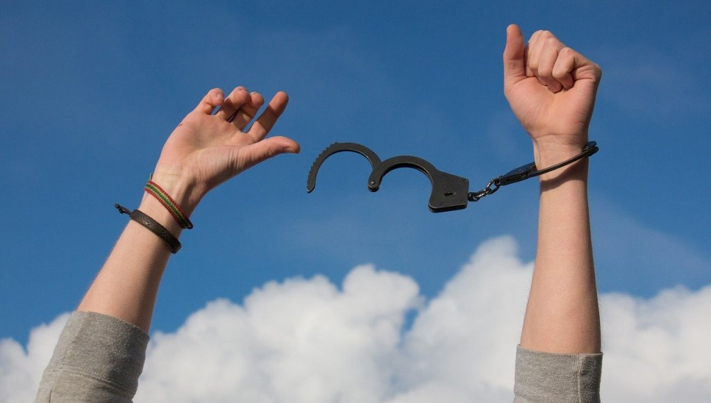breaking free from handcuff
