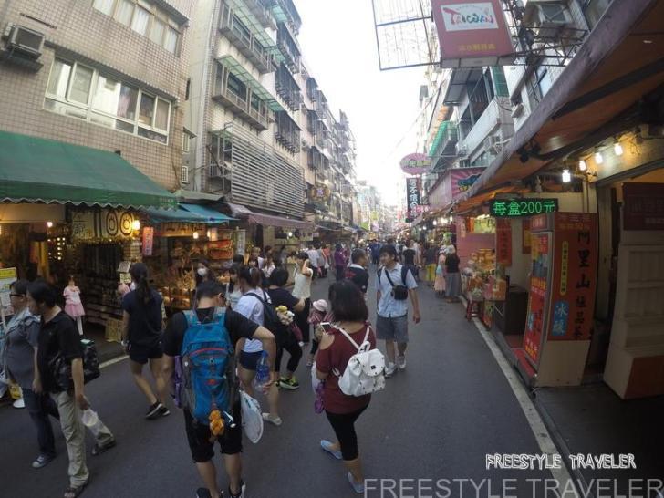 台北の淡水。古い感じの街なみ