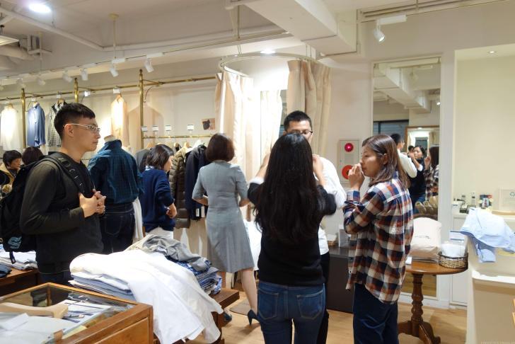 メーカーシャツで服を選ぶ台湾人の友達