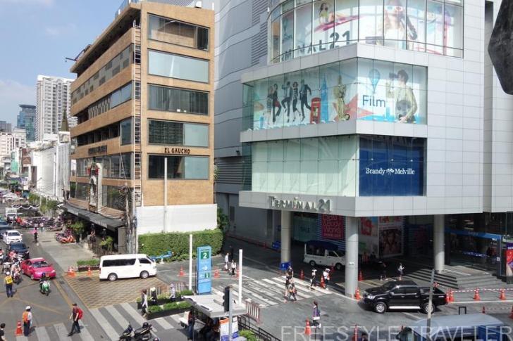 ターミナル21(写真右側の建物)