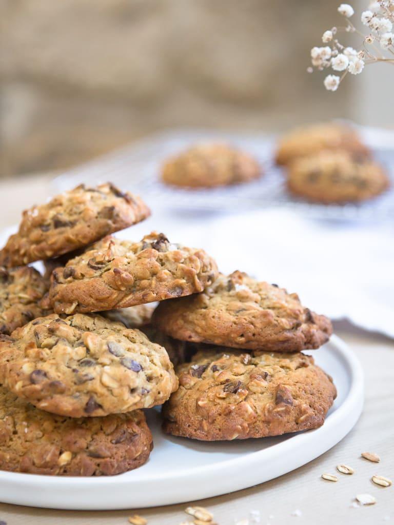 Une recette de cookies super simple à base de flocons d'avoine et de pépites de chocolat. Ils sont super moelleux et gourmands ! Que du bonheur !