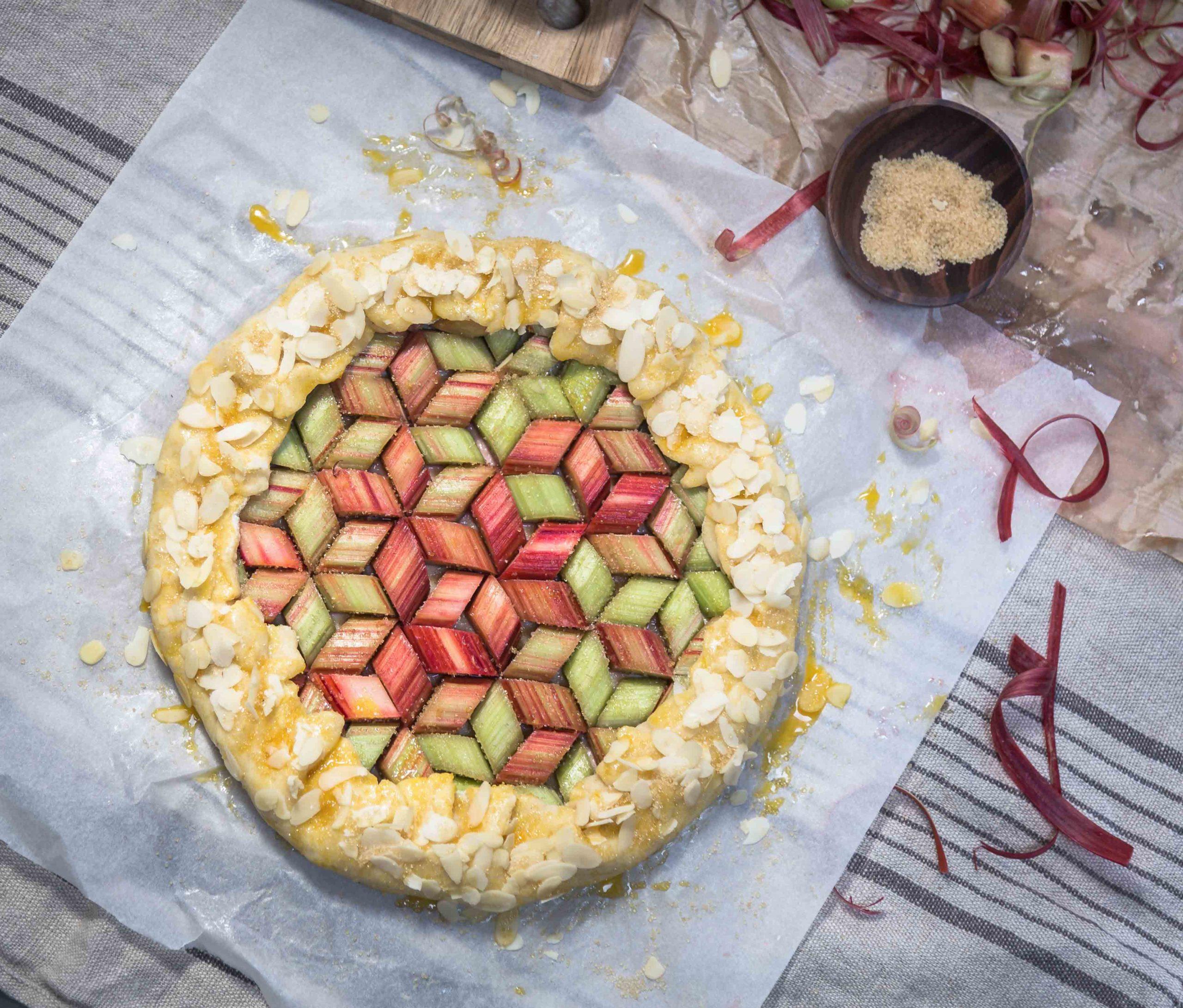 Tarte rustique à la rhubarbe et aux amandes