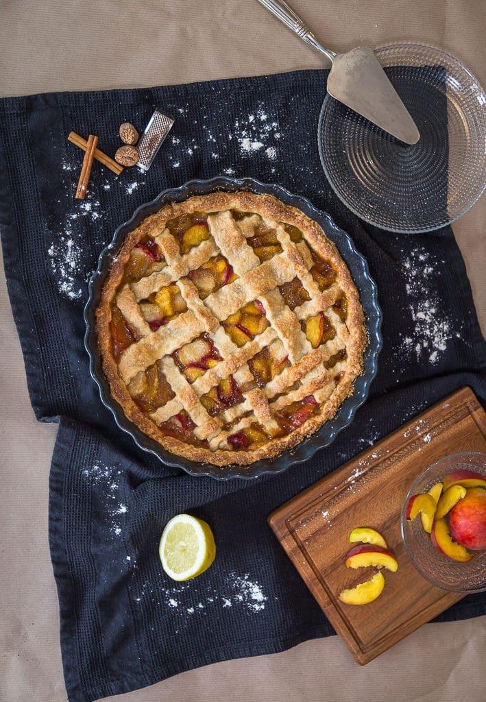 Une recette de pie à la pêche ! La recette parfaite pour un bon dessert d'été :) Avec une bonne pâte au bon goût de beurre et une garniture fondante à la pêche ! Un vrai bonheur !