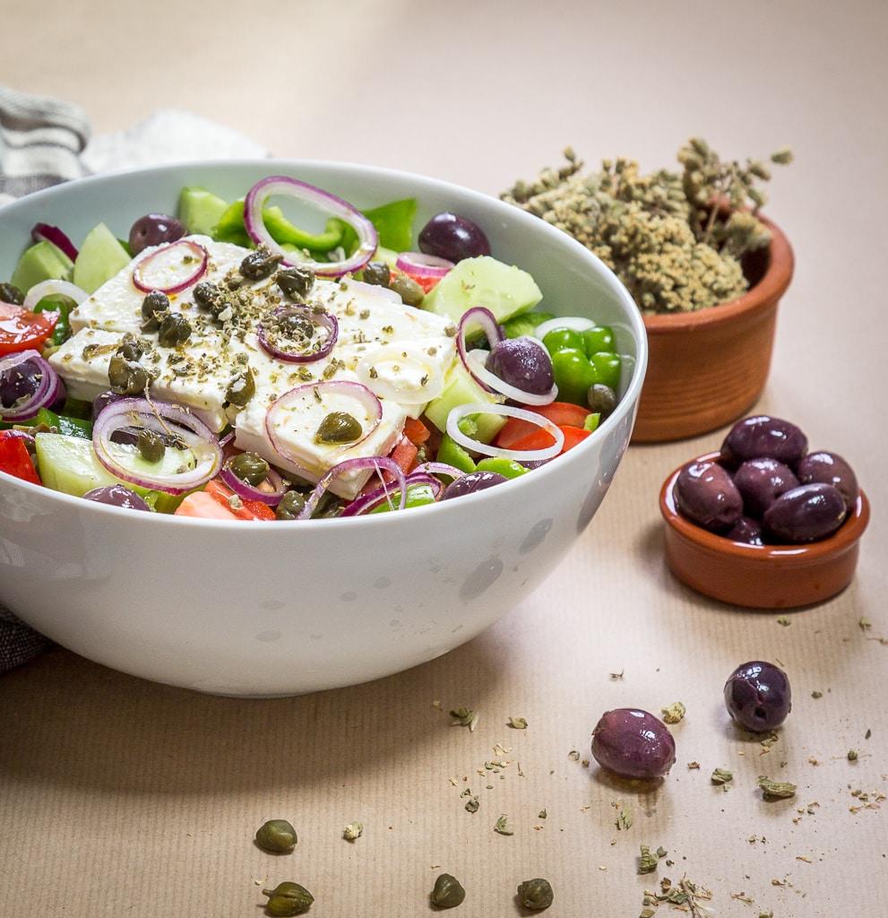 La salade grecque, la vraie, comme en Grèce, pleine de légumes d'été frais et de fêta !