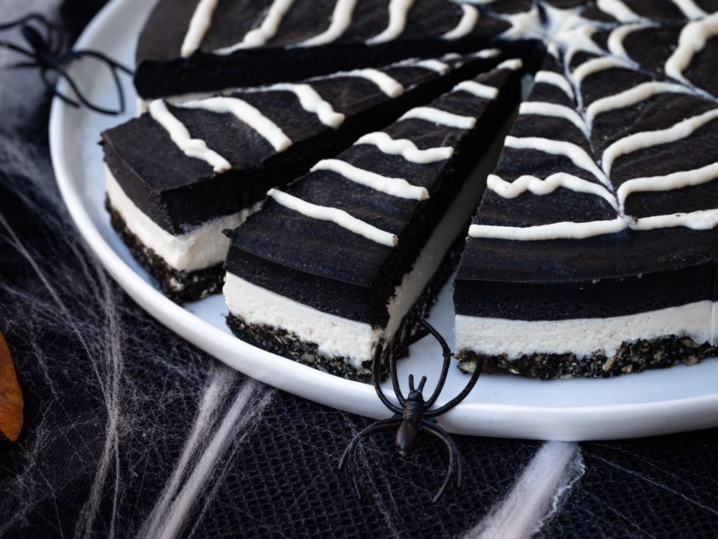 Une recette de cheesecake vegan, aux deux chocolats, spécialement pimpée pour Halloween ! Recette végétalienne et sans gluten.