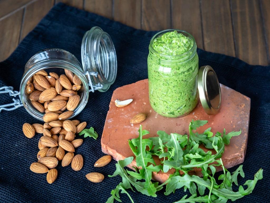 Une variante au pesto classique à base de basilic et de pignons de pin, ici la recette est faite avec de la roquette et des amandes, pour un résultat plus doux mais plein de goût ! Super simple et rapide à faire, c'est idéal pour un repas végétarien !