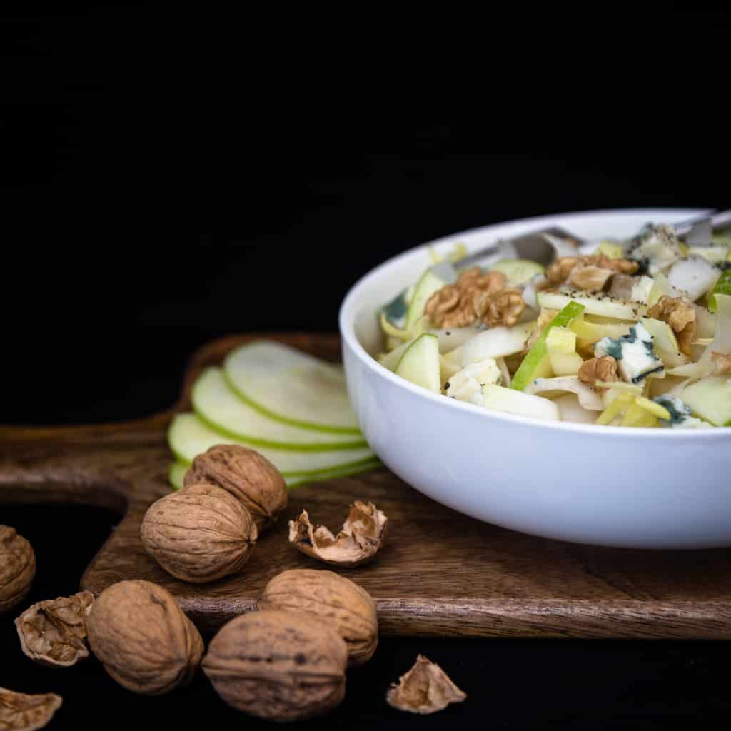 Une recette simple et rapide de pommes, endives, noix et roquefort pour le plaisir des papilles. Une recette végétarienne et sans gluten.