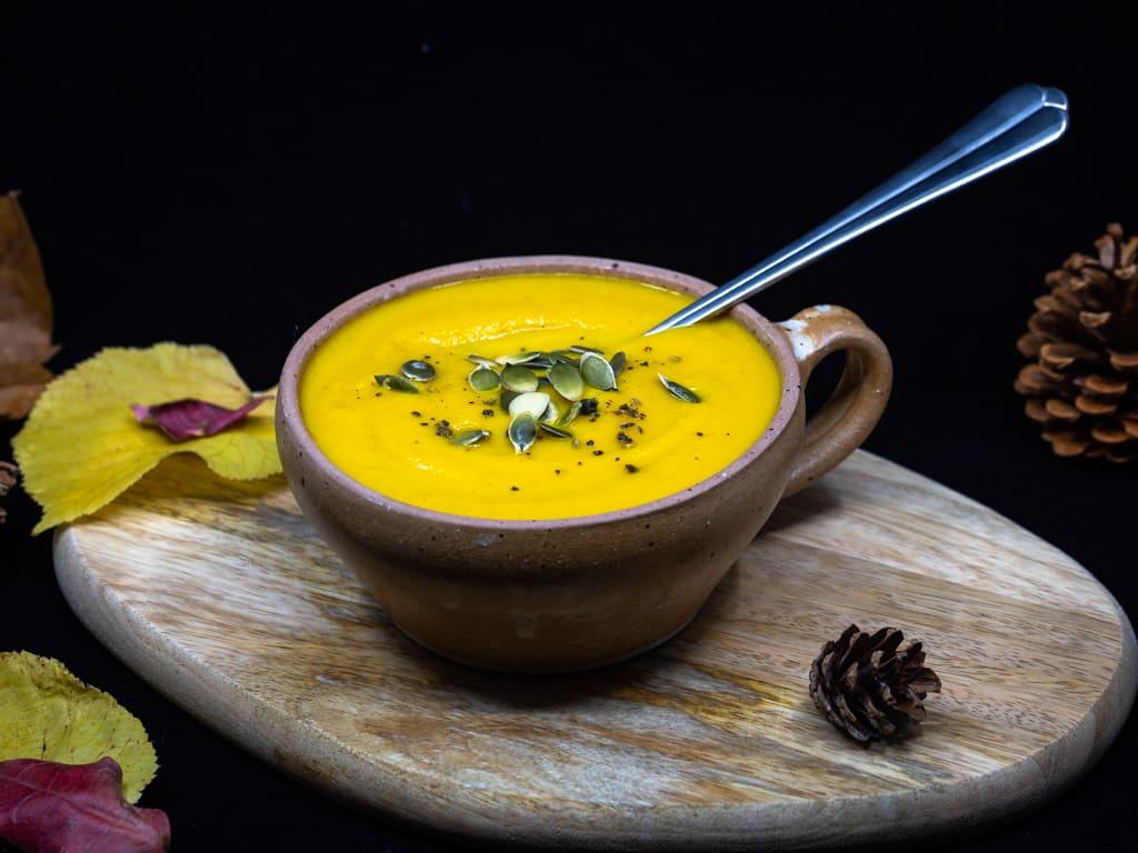 Une recette de soupe végétalienne à la courge butternut et au gingembre, parfaite pour se réchauffer cet hiver ! #vegetarien  #vegan #sansgluten