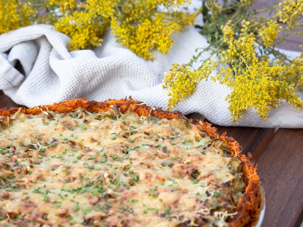 Une recette de tarte au poireau sans gluten, dans laquelle la pâte est remplacé par un fond de patate douce ! Recette végétarienne.