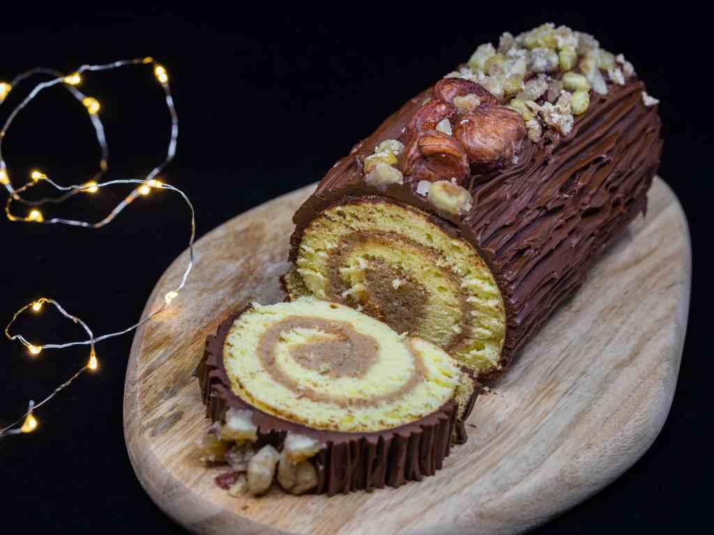 Une recette facile de bûche de Noël roulée, au chocolat et aux marrons.