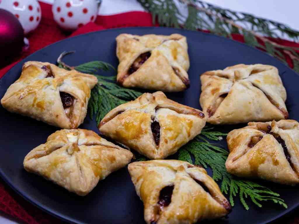 Une recette de petits chaussons aux airelles et au brie, idéale pour un apéritif hivernale :) Recette végétarienne.