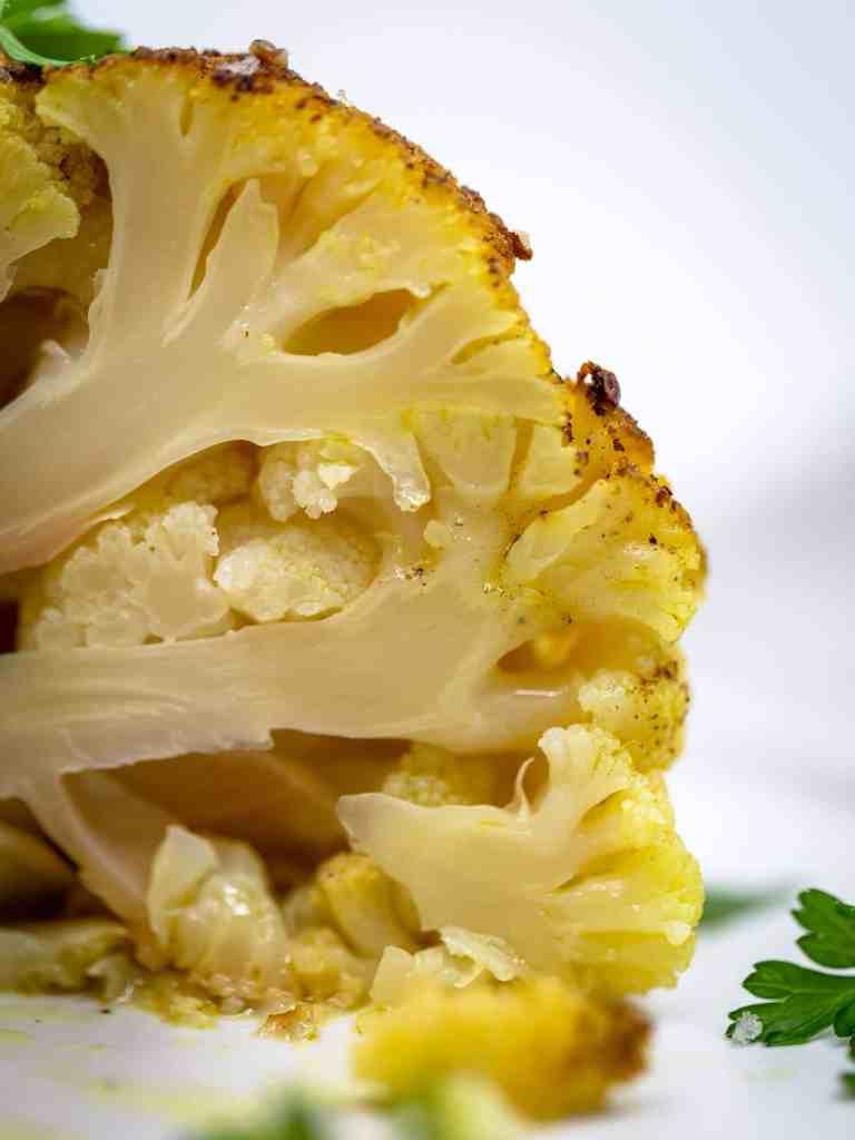 Chou Fleur rôti entier au four avec une Sauce au Tahini (Vegan et Sans Gluten). Temps de préparation super rapide !