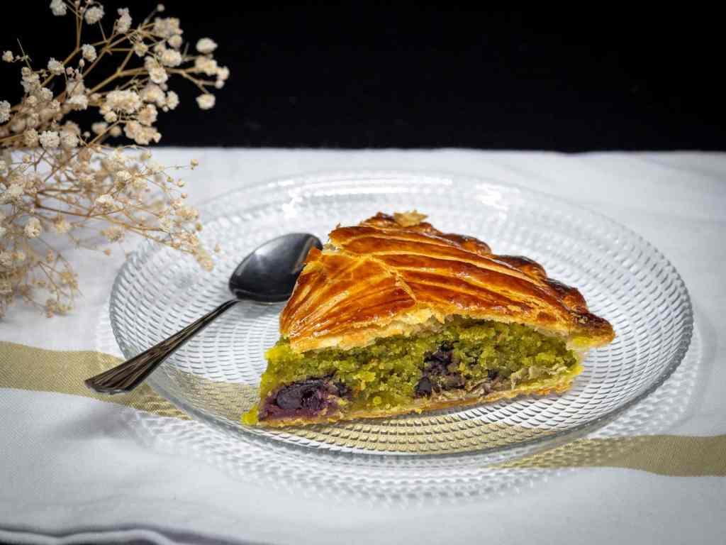 Une recette de galette des rois à faire maison, avec une crème de pistache et de bonnes cerises !