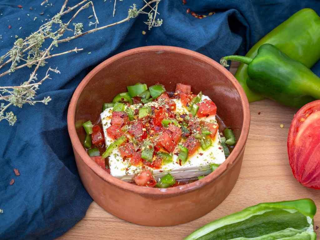 Recette de fêta grillée au four à la grecque, avec des petits légumes et une pointe de piment ! Recette végétarienne et sans gluten