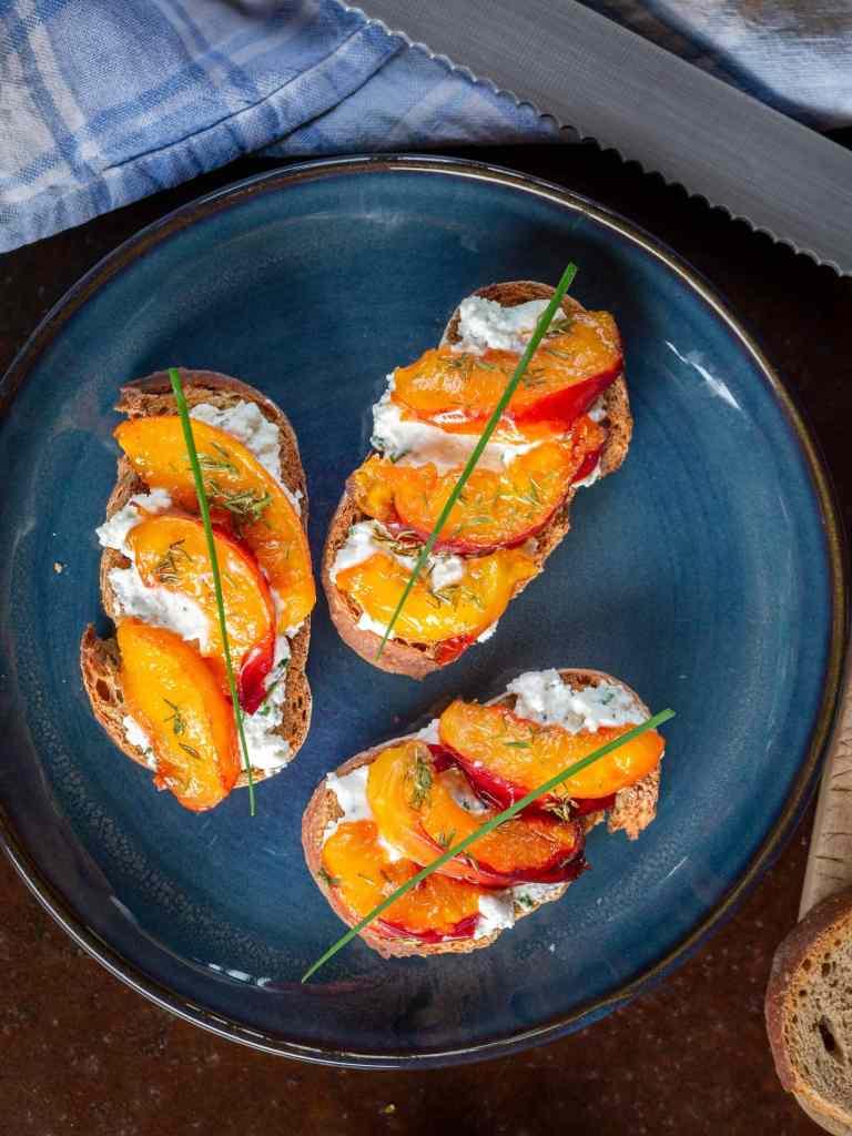Recette de tartines au chèvre frais et pêches rôties au miel ! Idéales pour un apéro végétarien et super rapide à faire !