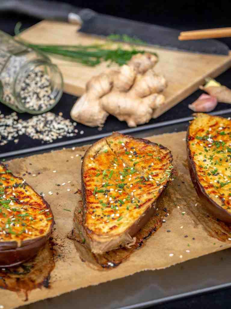 Une recette d'aubergines rôties au four et marinées dans le miso blanc (shiro miso) et le gingembre !   Recette végétarienne, vegan, végétalienne et sans gluten