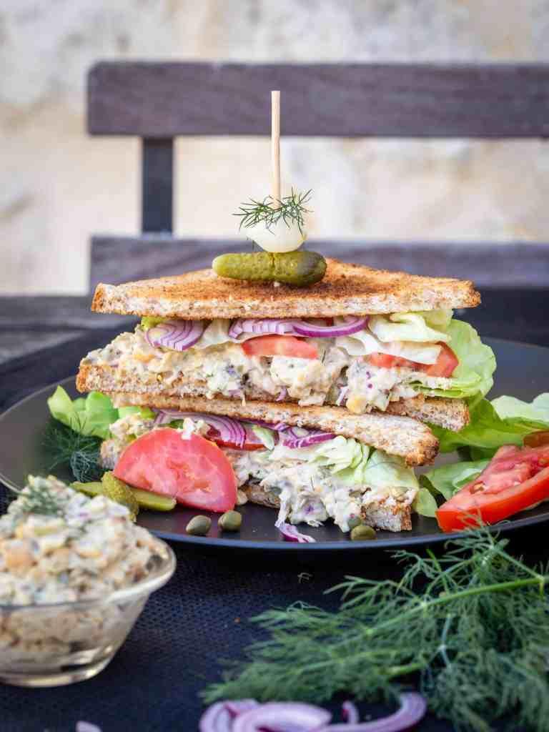 Une recette de club sandwich végétalien façon thon/mayo avec des pois chiches et de la véganaise ! Un petit délice végétarien